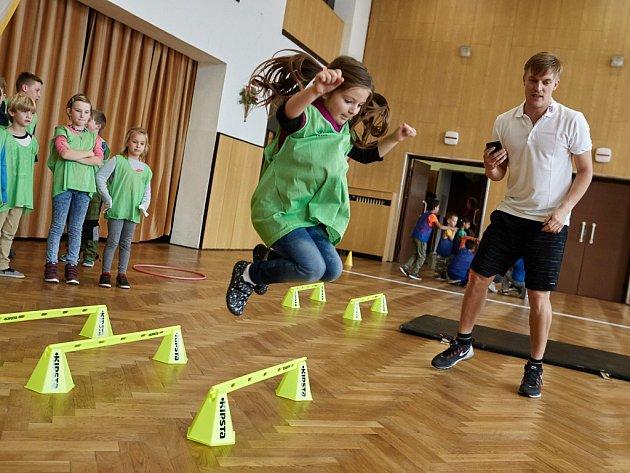 Známý český krasobruslař Tomáš Verner zavítal mezi děti do ZŠ a MŠ v Mašťově. Společně si tady pak s nimi zasportoval.