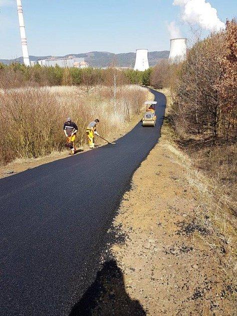 Pokládka asfaltu uprunéřovské elektrárny.