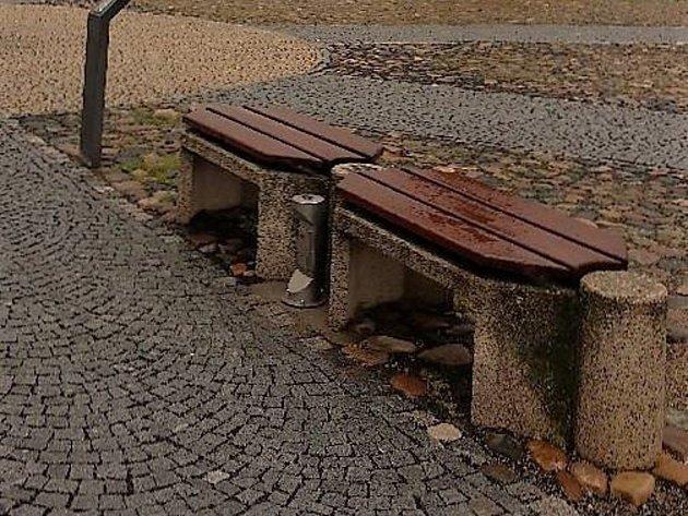 Chytré lavičky na Mírovém náměstí vKadani.