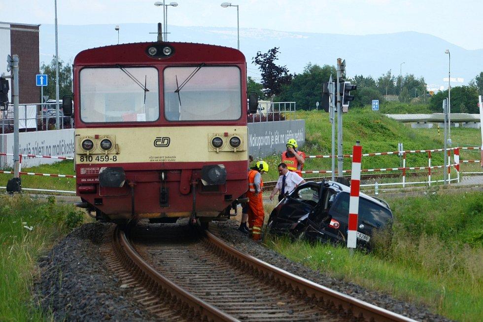 U Kauflandu vjelo auto rovnou pod vlak