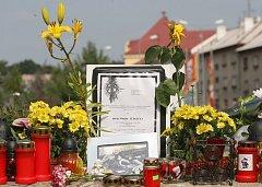 Pietní místo před bývalou poštou v Chomutově, kde byl zastřelen policista Roman Jedlička.