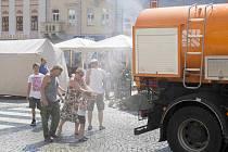 Vodu! Takhle se ochlazovali lidé, kteří přišli v sobotu na chomutovské náměstí.