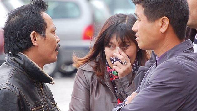 Muž vlevo, který komunikoval i s policisty, líčí svým krajanům hrůzný incident.