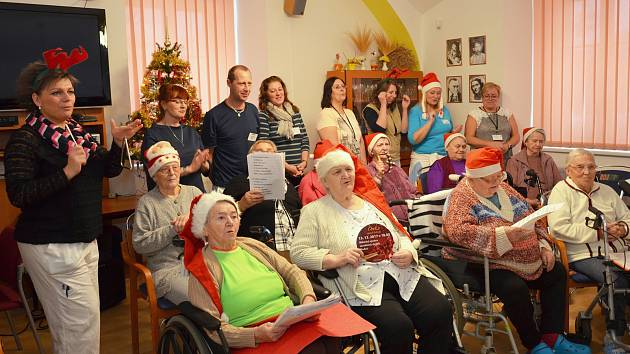 Zpívání se v Domově pro seniory v Kadani zúčastnili jak senioři, tak zaměstnanci, celkový počet zpěváků byl cca třicet. Zpívalo se ve společenské místnosti.