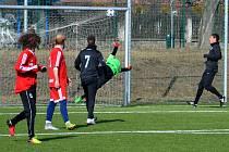 Chomutovský gólman Švejda se marně natahuje po střele Martykána, Srbice (v červeném) se dostávají do vedení 3:2.