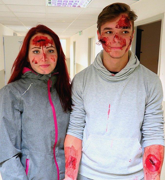 To nejsou zombie, nýbrž dva namaskovaní figuranti, středoškoláci z ESOZ Chomutov