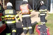 Profesionální hasiči ze zásahové jednotky Elektráren Prunéřov a zkolabovaný figurant coby obsluha rozvodny.