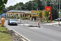 Užší silnice a ostrůvky řidiče zpomalí.