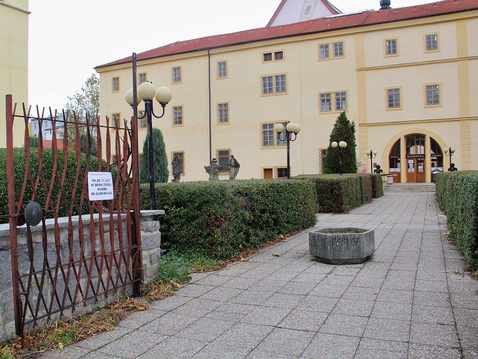 Na brankách areálu už visí cedule, které návštěvníky knihovny či kavárny upozorňují na změnu.