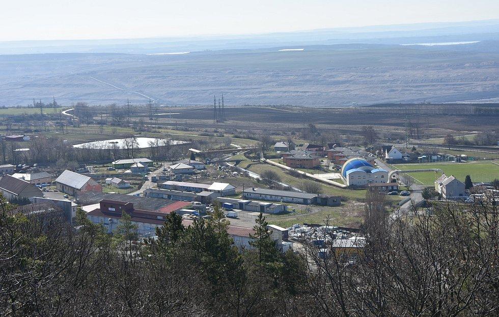Málkov leží mezi silnicí I/ 13 a uhelnou pánví.