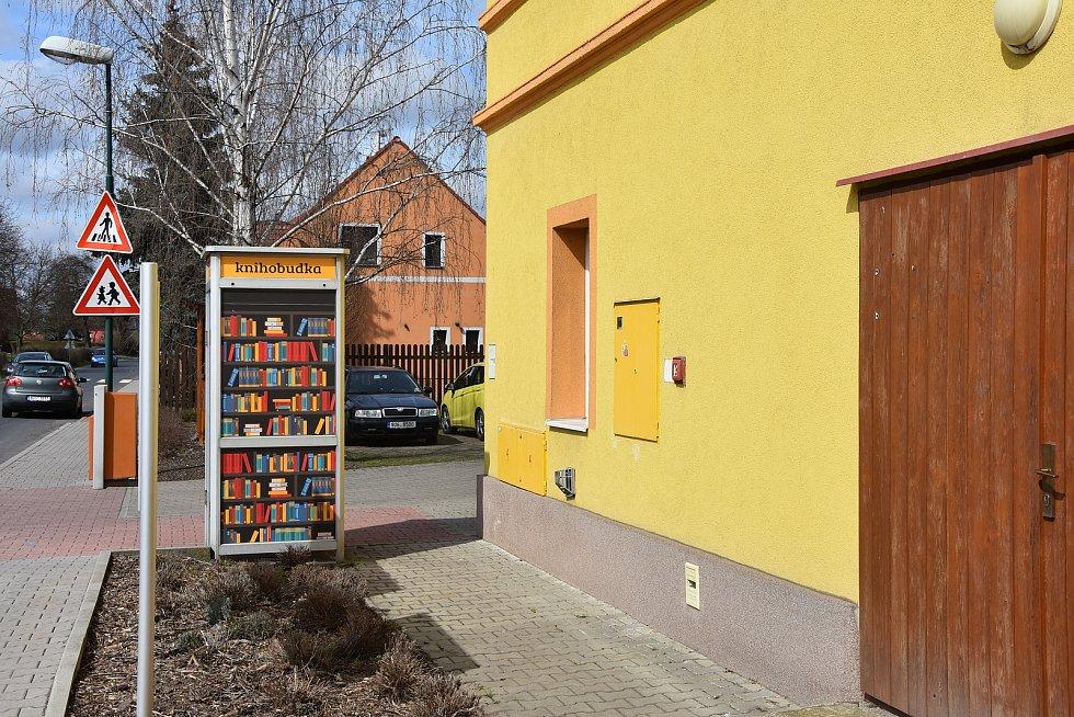 Vášniví čtenáři mají před obecním úřadem knihobudku.