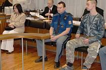 PŮJDOU DO VĚZENÍ? Matka zesnulé  dívky a její druh  u  soudu v  Ústí nad Labem.