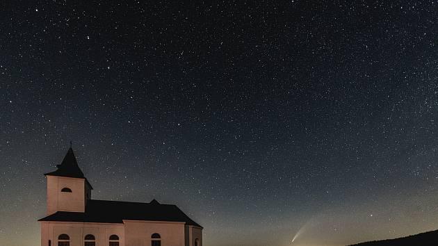 Kometa C/2020 F3 (Neowise) byla na noční obloze k vidění také na Chomutovku. Na snímku je kostel Sv. Václava v obci Kalek v Krušných horách.