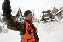 Armáda se svou těžkou technikou vyrazila na pomoc obyvatelům horské obce Kovářská na Chomutovsku.