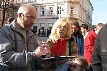 Lidé podepisují petice.