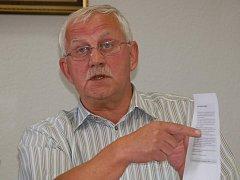 Starosta Jan Houška předal novinářům složku dokumentů, které se podle něj pojí ke snaze odvolat jeho i místostarosty z funkce.