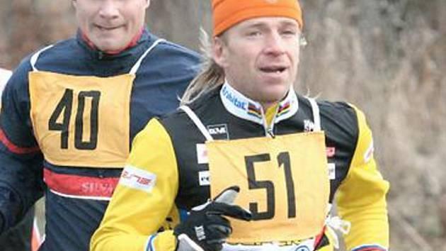 ZIMNÍ BĚŽECKÝ POHÁR v Kadani přivádí atletům konkurenci z jiných sportů, triatlonista Petr Pasev (51 vpravo) ze Slavie Chomutov doběhl v minulém Štěpánském běhu čtvrtý, kadaňský amatér Boris Eliáš (40 vlevo) se vytáhl na osmé místo.