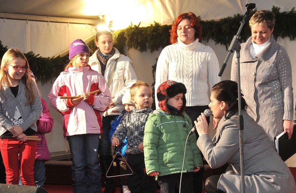 Česko zpívá koledy v Chomutově. Přišlo si zazpívat na dvě stě veselých lidiček.