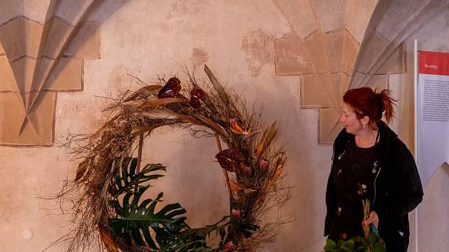 Ženy v Kadani si vyzkoušely tvorbu květinové výzdoby v rámci workshopu floristky Martiny Šedové, která ho uspořádala v refektáři františkánského kláštera. Vyrobené květiny a květinové dekorace pak vyzdobily prostory historického kláštera.