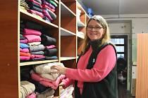 Vedoucí Klokánku Karin Sobotková má radost z nových regálů ve skladu s oblečením. Konečně je vše přehledné.