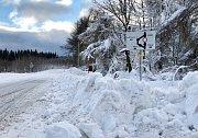 Sněhová kalamita na horách přetrvává. Na snímku je cesta na Výsluní, která je uzavřená.