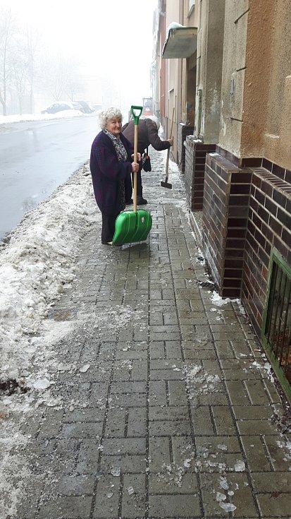 Starousedlíkům na Horní Vsi nevyhovuje stav chodníků, proto s tím sami něco dělají. S hrably a sekáčky na led se tam ohání řada seniorů.