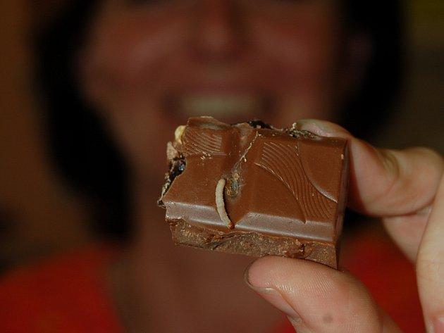 Takovýhle červ vylezl z čokolády, kterou si Jitka Štrougalová zakoupila v obchodě.