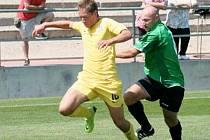 FOTBALISTÉ FC CHOMUTOV podlehli v přípravném zápase dorostencům pražské Sparty 4:6. Na snímku stíhá jednoho ze sparťanských mladíků zkušený Alois Šebek.