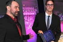 Ondřej Baumrt přebírá za svou sestru Simonu cenu pro čtenářkou Hvězdu Deníku – sportovkyni, která získala nejvíc hlasů od čtenářů. Předával ji šéfredaktor Chomutovského deníku Josef Dušek.