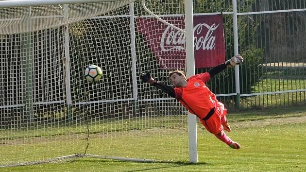 Ani elegantní robinzonáda ervěnického gólmana Petra Červenky nezabránila druhému gólu Spořic. Domácí střelec Jaroslav Holman se trefil přesně.