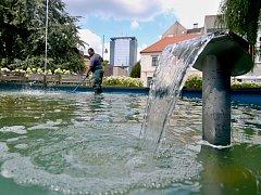 Pracovníci technických služeb fontány kontrolují každý den.