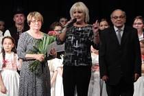 Jaroslava Macháčková (vlevo) vede úspěšný chomutovský folklórní soubor.