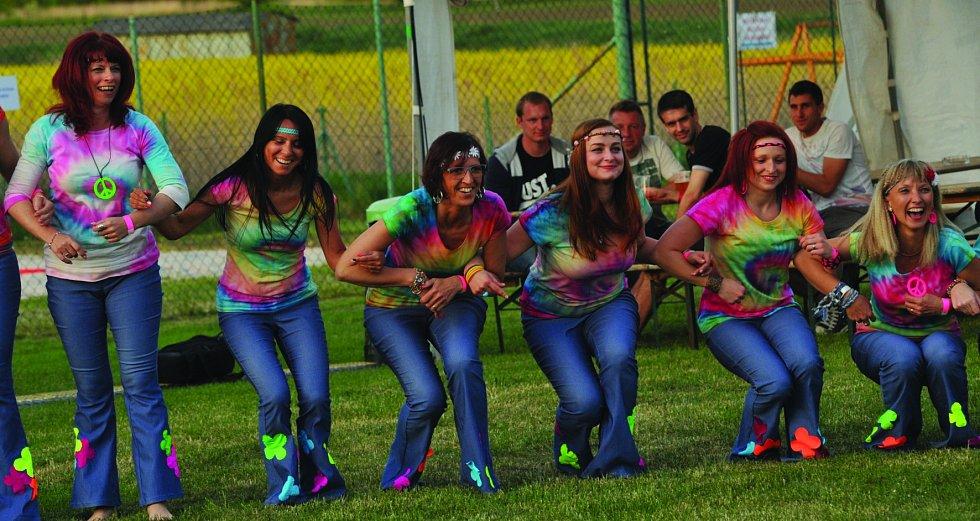 """Své hippie vystoupení měly """"senior"""" z chomutovského Stardance."""