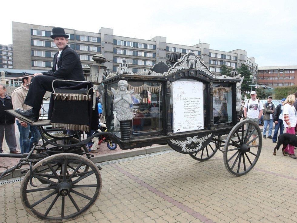 """Zaměstnanci zooparku vypravili """"funébr"""" vůz tažený koněm na znamení, že vedení města pohřbilo zoopark."""