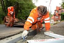 Pracovník Technických služeb města Chomutova Václav Vaněk při práci na betonovém podkladu pod asfalt, kterým vyspravili chodník na kopci ze Zátiší.