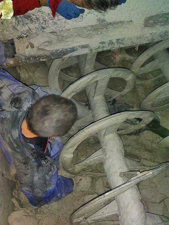 Muž zachycený ve šnekovém dopravníku v kadaňské kaolince
