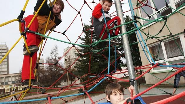 Rodiče dětí tvrdí, že nově postavená lanová prolézačka u Základní školy v ulici Akademika Heyrovského je nebezpečná, místo na písku totiž stojí na zpevněném speciálním povrchu. Při pádu se tak dítě může daleko více zranit.