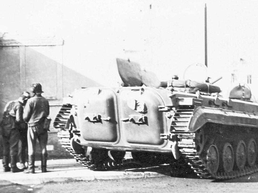 Tanky a těžká vojenská technika v ulicích Chomutova.