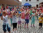 JUBILEJNÍ OTEVŘENO si po čtyři dny užívaly v centru města i na okraji Bezručova údolí stovky lidí. Bavili je známí i méně známí herci, zpěváci a hudební skupiny.