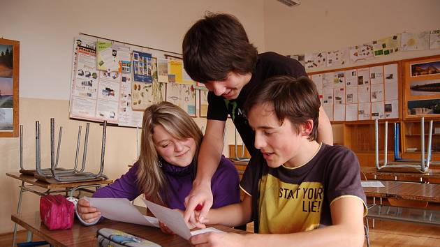 VERONIKA, JARDA A MATYÁŠ mají budoucnost ve svých rukách. Učí se dobře, přesto všichni tři chtějí ještě více zabrat. Moc dobře vědí, že vysvědčení na konci osmé třídy bude mít velký vliv na úspěšné přijetí ke středoškolskému studiu.