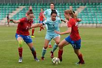 Česká ženská fotbaloví reprezentace (v červeném) předvedla ve dvou přípravných zápasech v Chomutově proti Rusku kvalitní výkon.