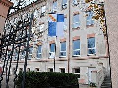 Vlajky vlají u jirkovských škol. Vedení města věří, že budou mít výchovný efekt