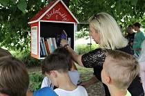 Školáci z Radonic vesnici vybavili knihobudkami