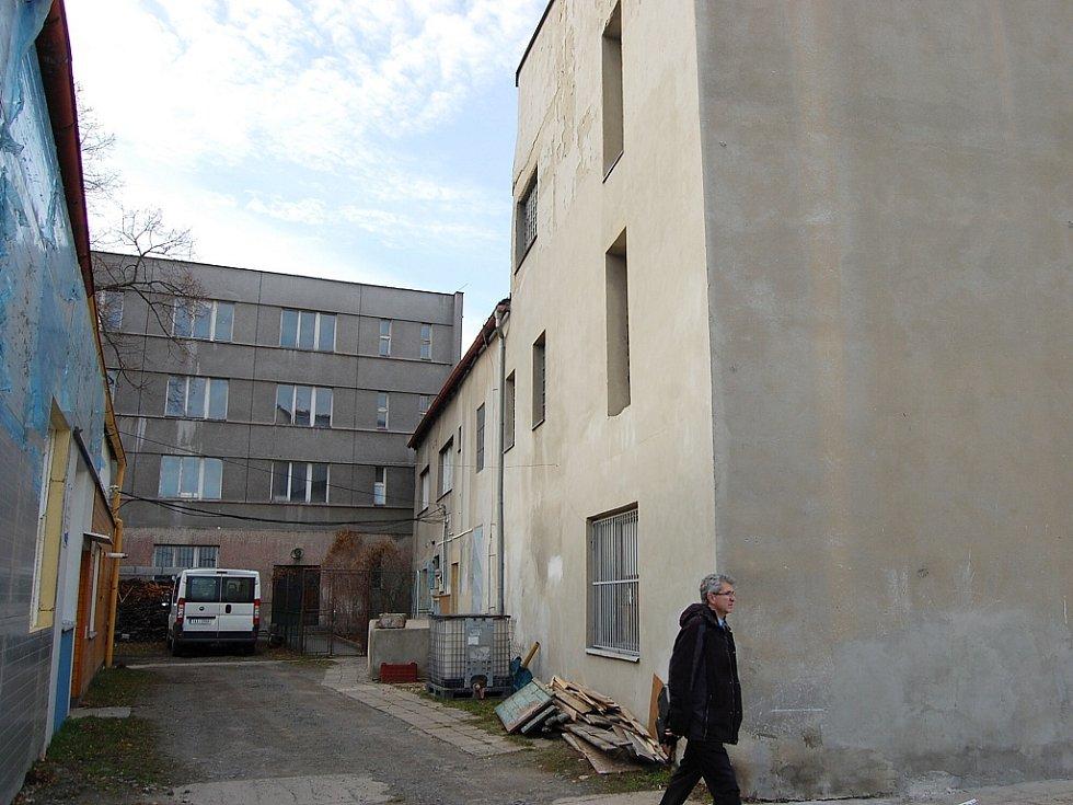 Prostor za kostelem svatého Ducha v Hálkově ulici je nekulturní. V budoucnu by tady mohlo být Gerstnerovo nábřeží se zahradami.