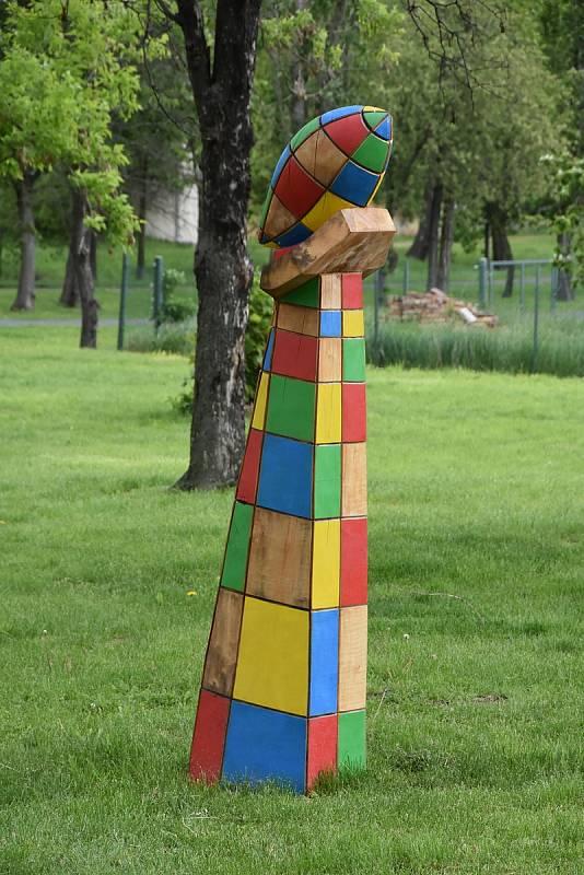 Parky, příjezdová cesty a další veřejná prostranství v Březně zdobí desítky soch.