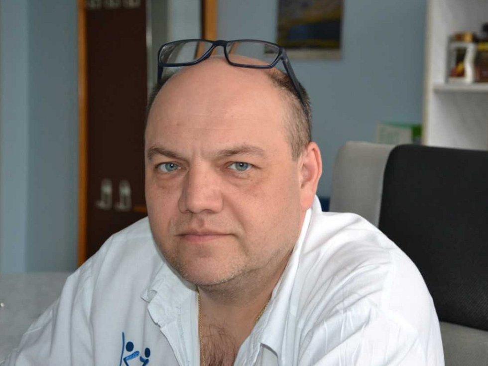 Poruchu statiky pánevního dna u žen léčí novou metodou jako první u nás chomutovský primář Michal Zeman.