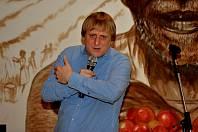 Pražírnu kávy v Chomutově navštívil komik Lukáš Pavlásek.