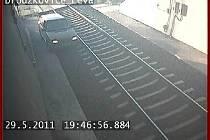 Řidič projel železničním tunelem.