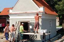 KAPLIČKA. Dělníci a restaurátoři finišují s opravami kapličky na návsi Nezabylic.