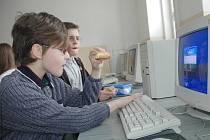 Velká přestávka bývá současně povelem vybalit něco k zakousnutí. Petr a Tomáš se do jídla pustili spíš mimoděk a nechali nabíhat počítač.